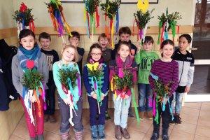 Palmstraußbinden der Kommunionkinder