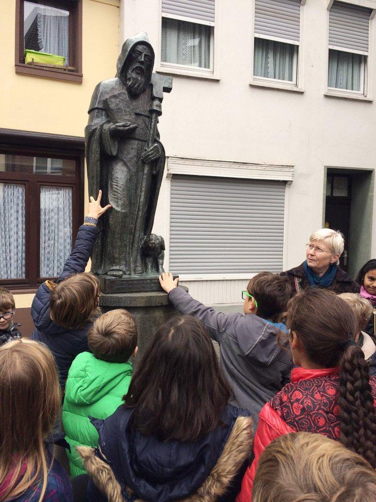 Die Kinder am Denkmal des heiligen Antonius.