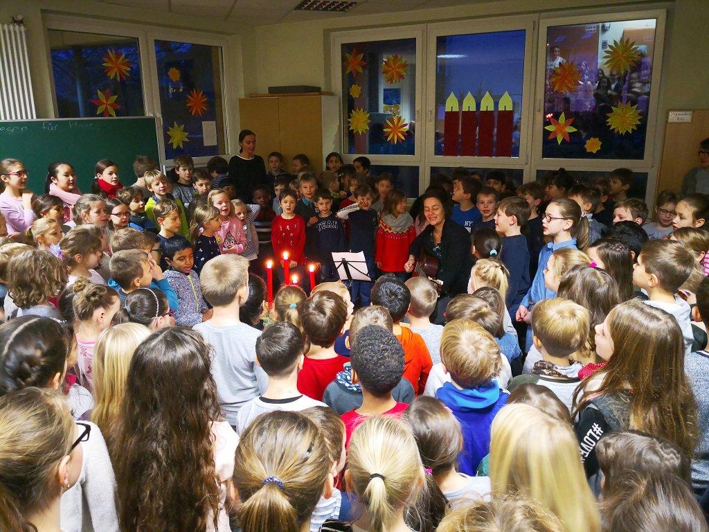 Adventssingen mit allen Kindern im Erdgeschoss des Neubaus