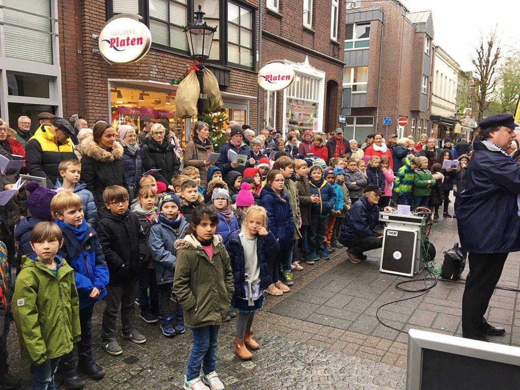 Die Kinder stellen sich zum Singen auf.