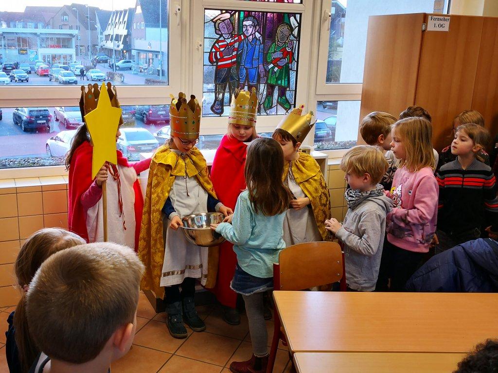 Einige Kinder geben den Königen ihre Spenden mit.