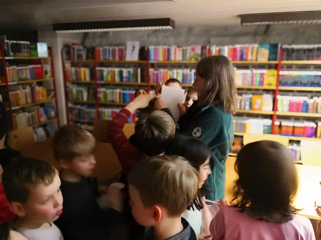 Der Start zur Rallye durch die Bücherei