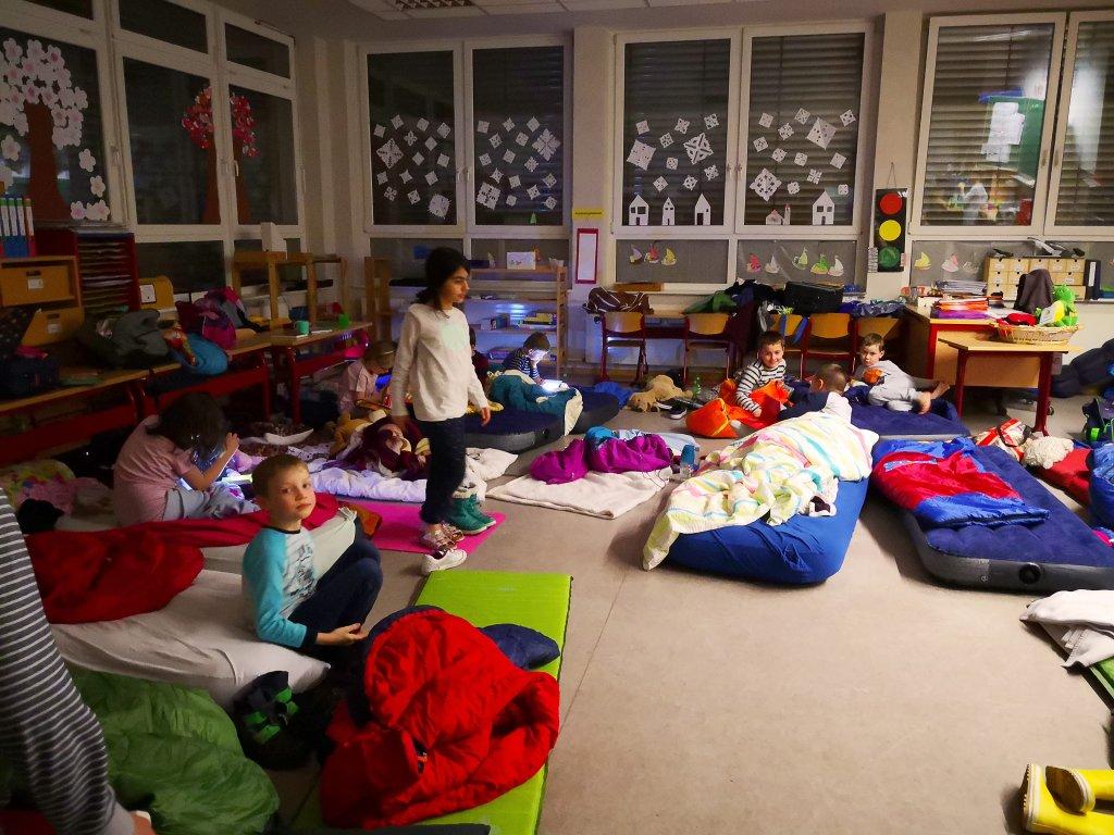 Nach einem langen Tag machen sich alle zum Schlafen fertig.
