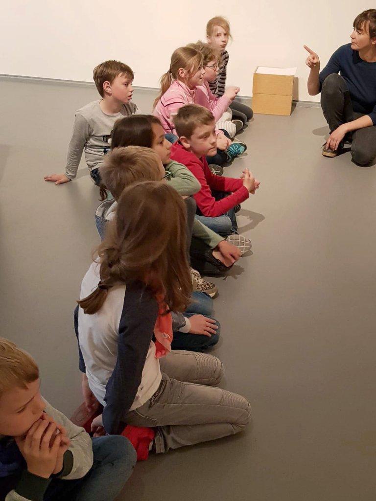 Die Museumspädagogin erzählt über Joseph Beuys.